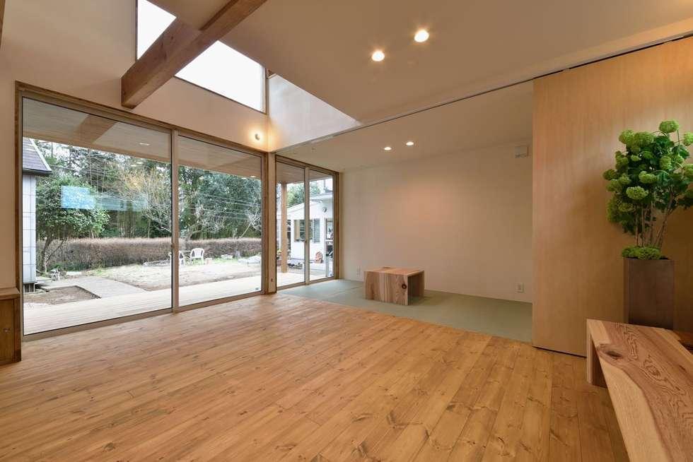リビングから外方向: アトリエdoor一級建築士事務所が手掛けたダイニングです。