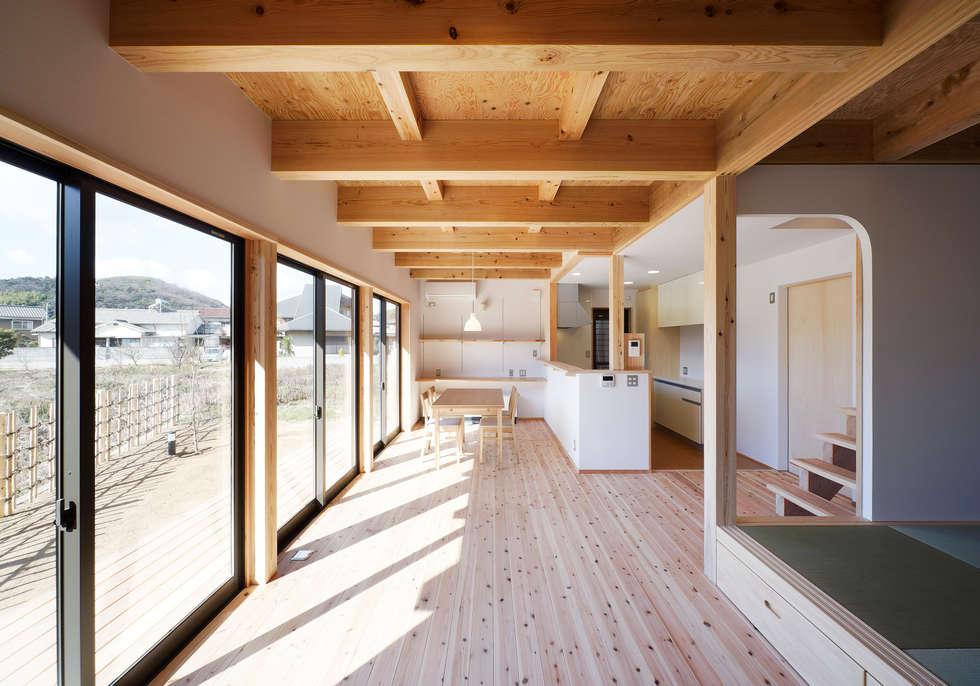 リビングからダイニグを望む: 芦田成人建築設計事務所が手掛けたリビングです。
