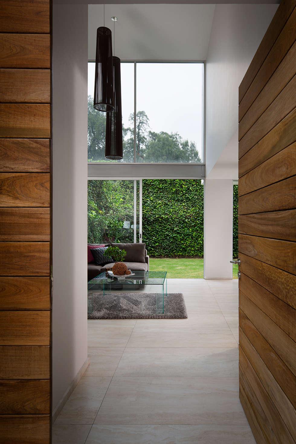 Valencia - Micheas Arquitectos: Pasillos y recibidores de estilo  por Micheas Arquitectos