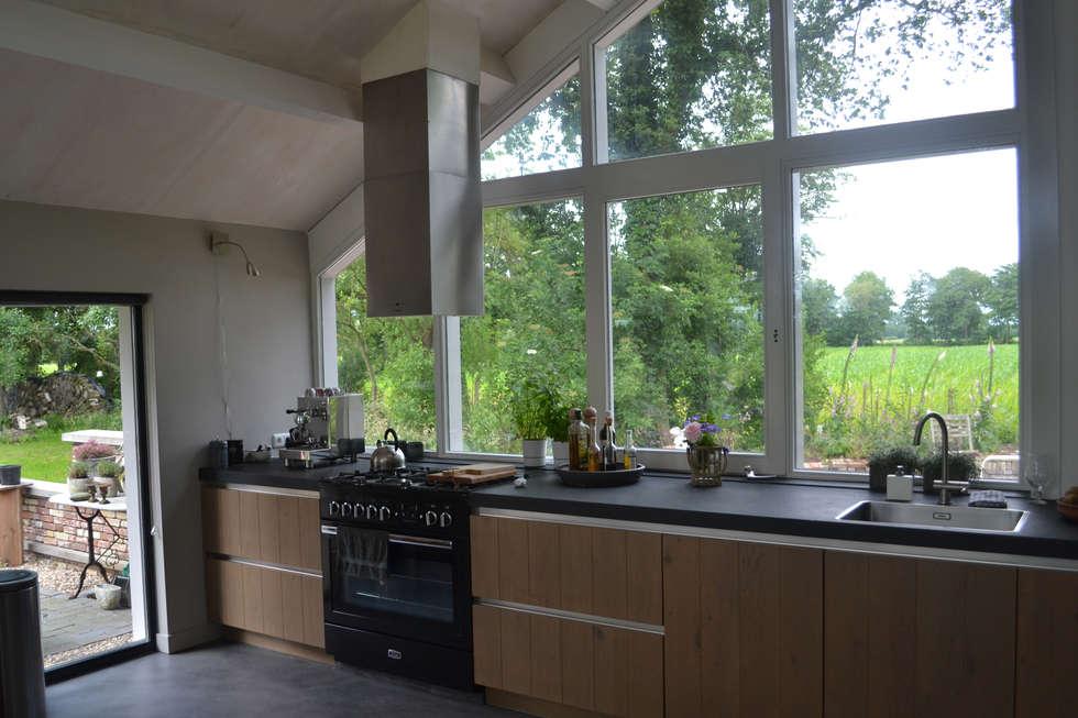 Woning te Tytsjerk: moderne Keuken door Dorenbos Architekten bv