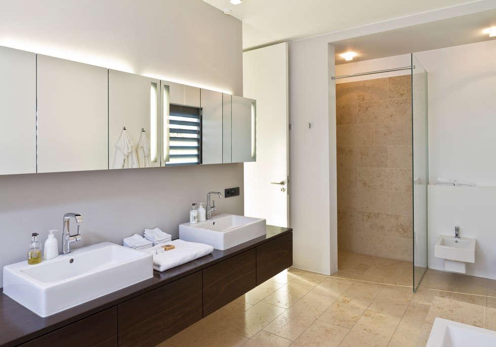 Haus f : moderne badezimmer von tusch architekten und ingenieure ...