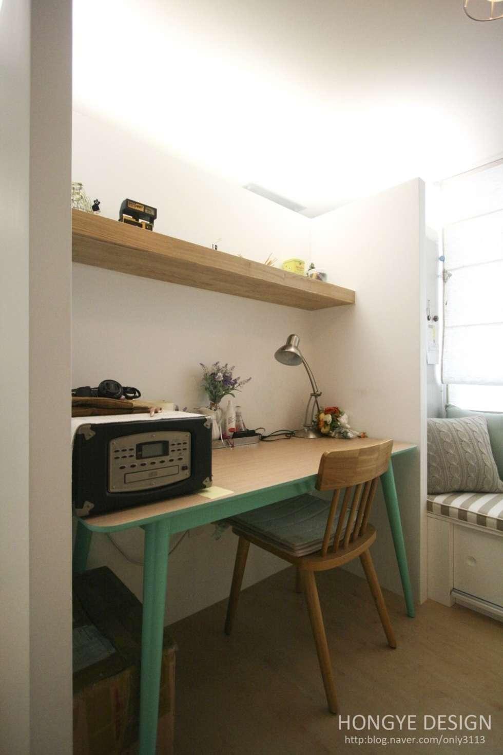 서재 작업실.: 홍예디자인의  침실