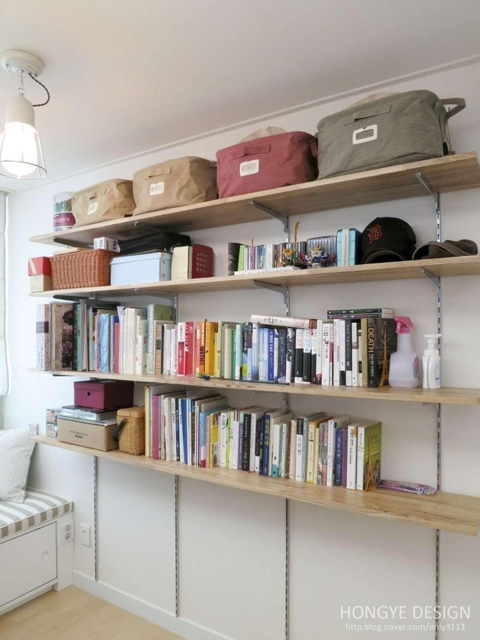 수납공간.: 홍예디자인의  서재 & 사무실