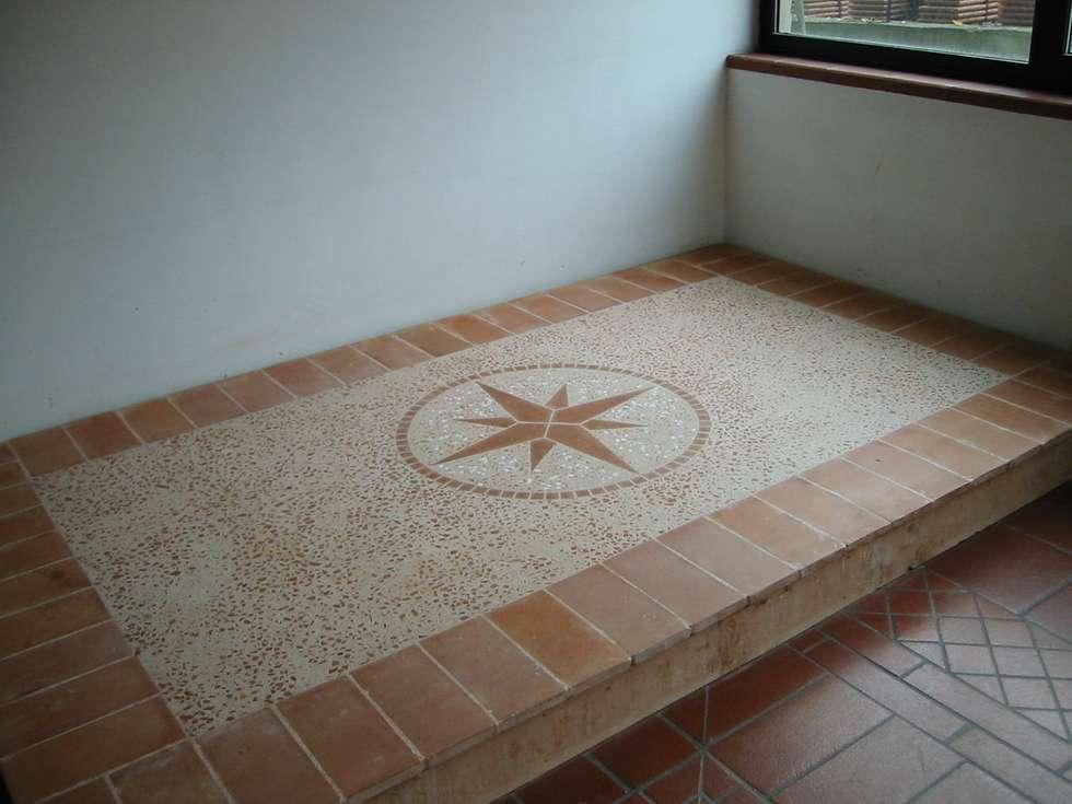 Pavimenti in Cocciopesto e Cotto d'Imprunuta con inserzione (Rosa dei venti): Cantina in stile in stile Mediterraneo di Montecchio S.r.l.