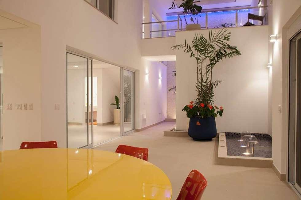 Casa - Praia de Tabatinga: Salas de jantar modernas por Hurban Liv Arquitetura & Interiores