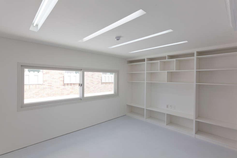 루버하우스: 스마트건축사사무소의  거실