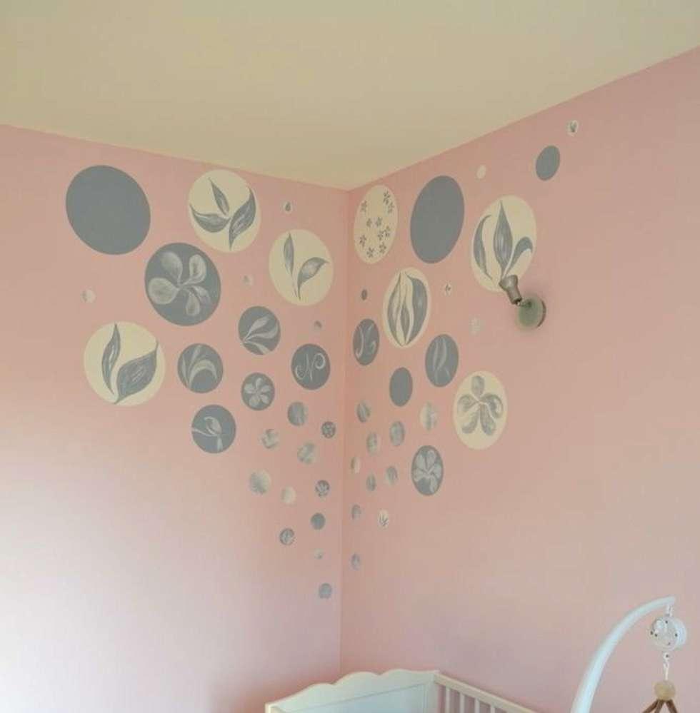 Tête de lit pour un berceau poétique: Chambre d'enfant de style de style eclectique par Bleu d'avril