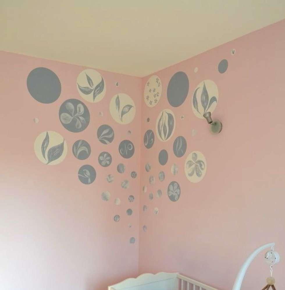 Tête de lit pour un berceau poétique: Chambre bébé de style  par Bleu d'avril