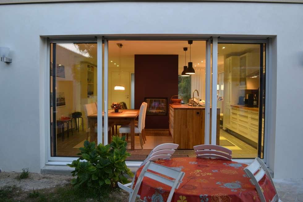 Baie vitrée coté jardin: Fenêtres de style  par In Déco