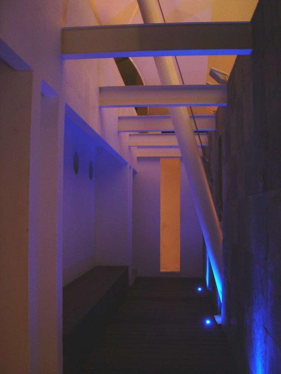 Villa KW - Micheas Arquitectos: Pasillos y recibidores de estilo  por Micheas Arquitectos
