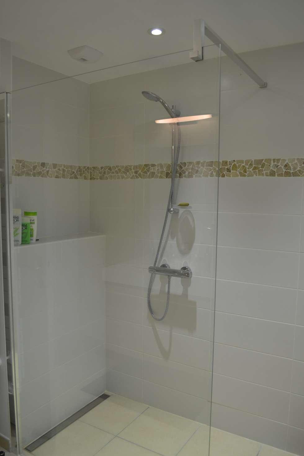 Salle d'eau du rez de chaussée: Salle de bains de style  par In Déco