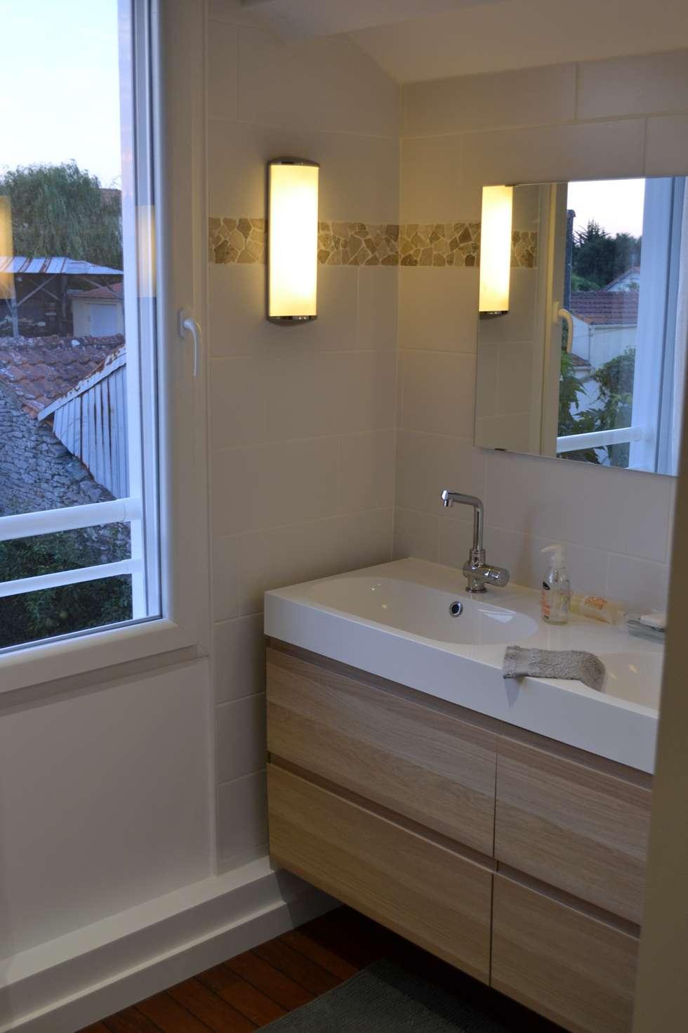 Salle d'eau de l'étage: Salle de bains de style  par In Déco