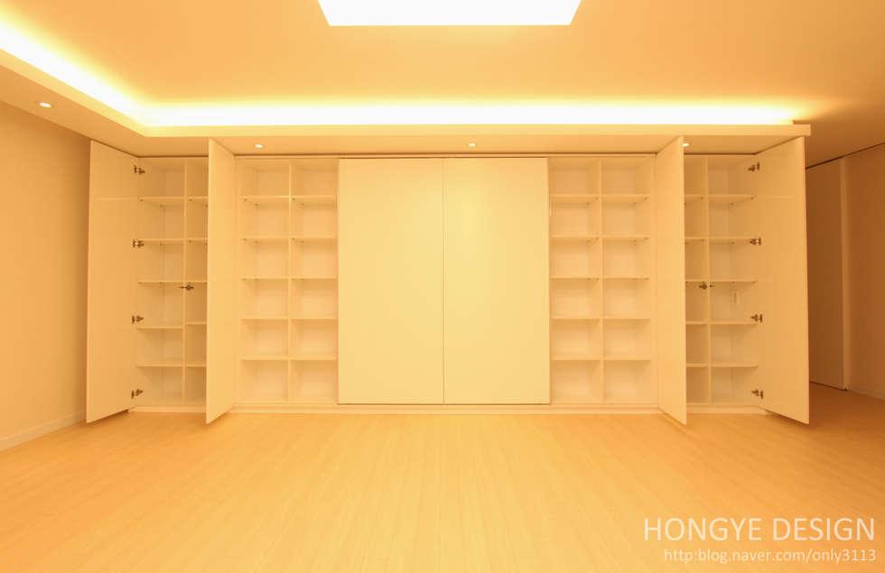 수납공간을 최대한 활용.: 홍예디자인의  거실