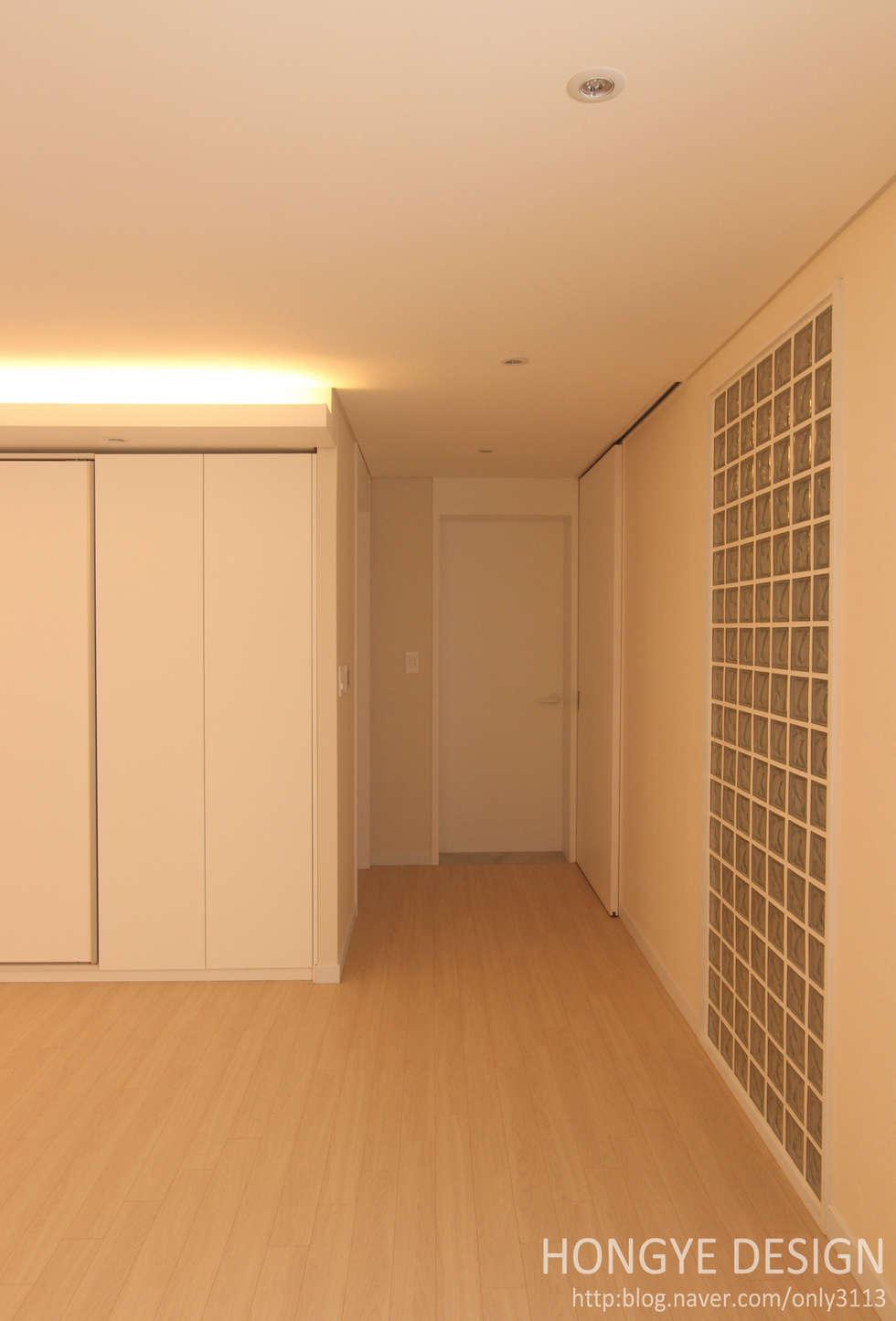 1층 거실.: 홍예디자인의  거실