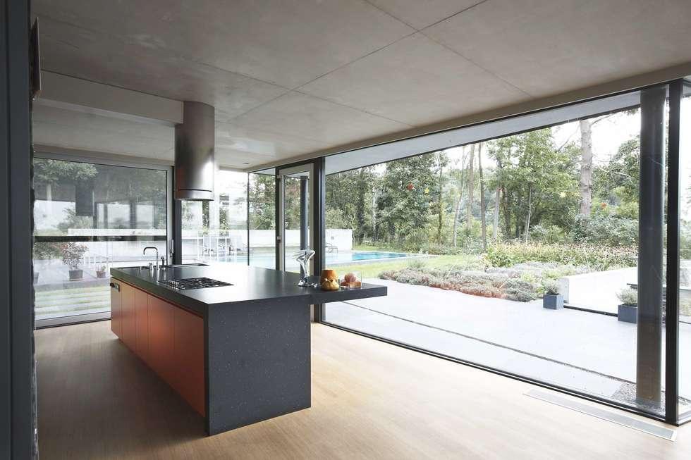 House HU: Cuisine de style de style Moderne par CONIX RDBM Architects