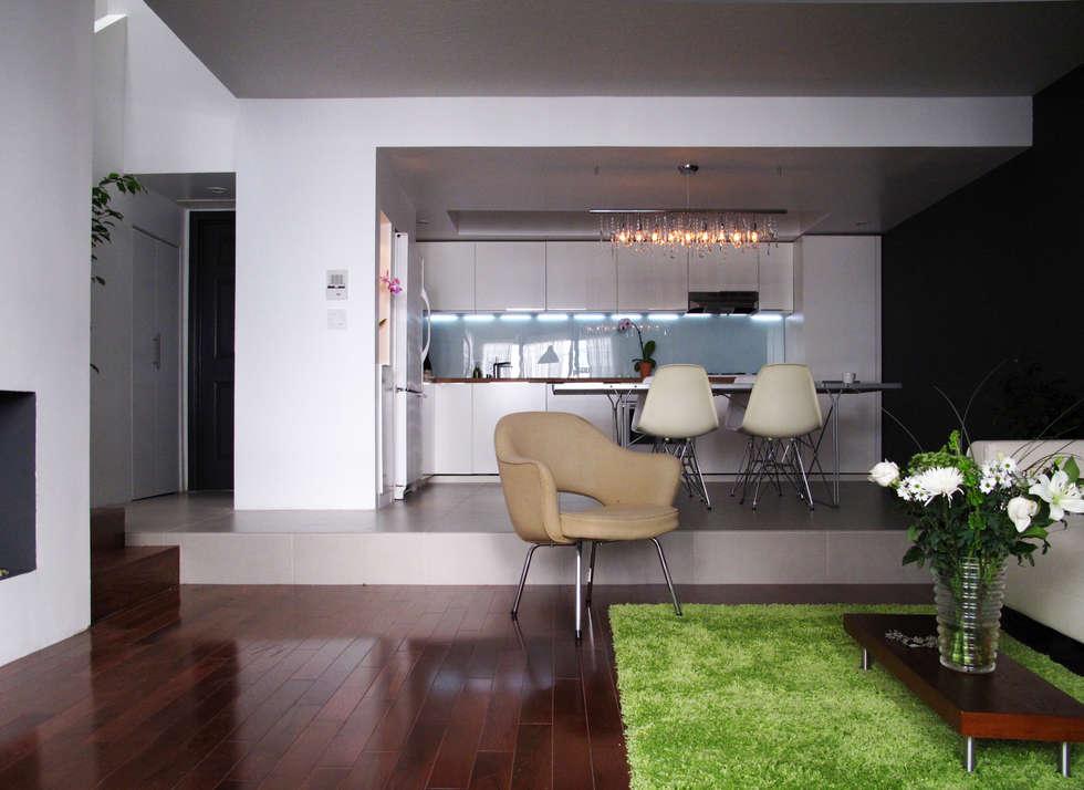 Grand pièce à vivre: Salon de style de style Moderne par Studio Pan