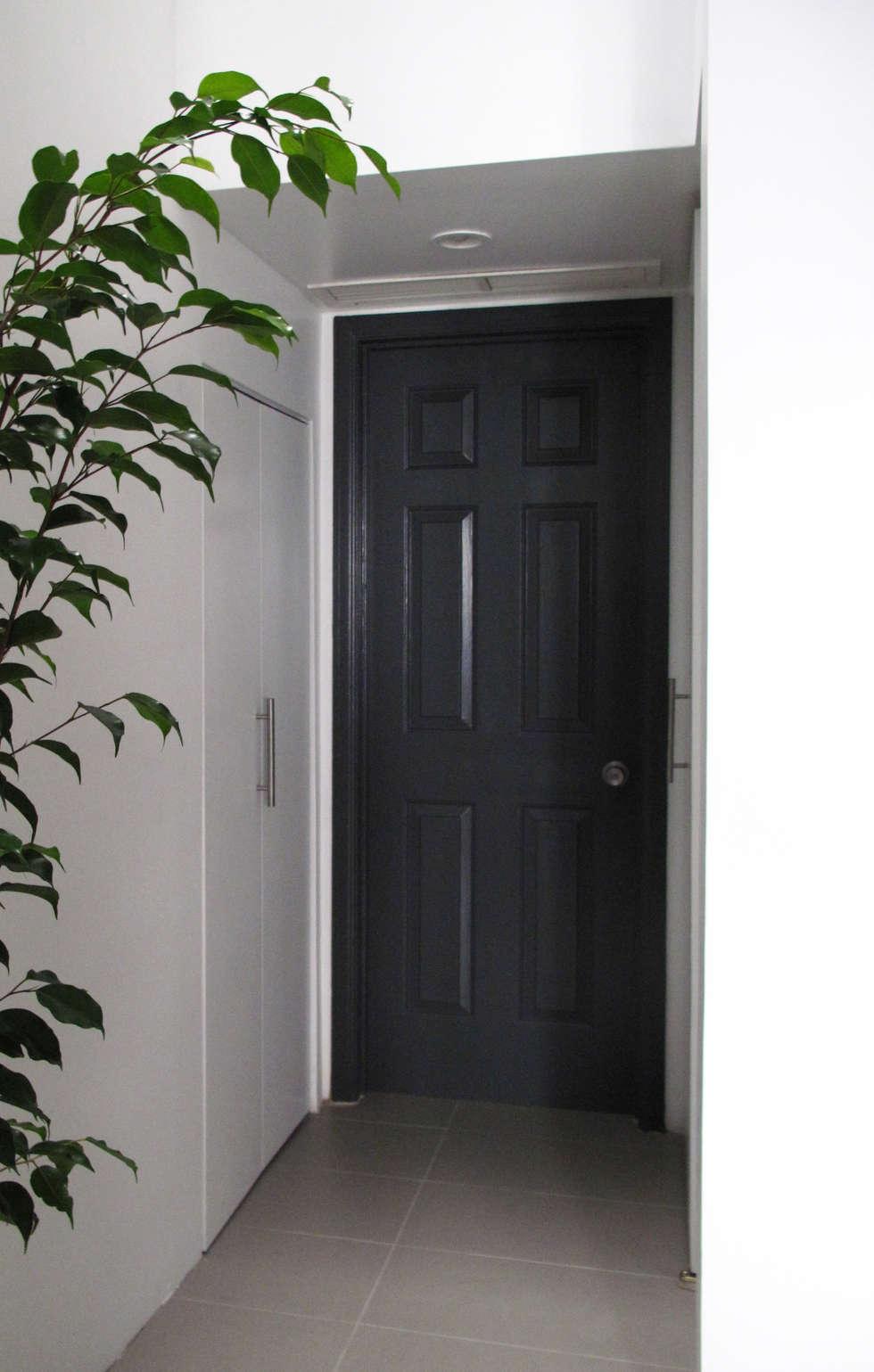 entrée pour partie chambre/ salle de bain : Fenêtres de style  par Studio Pan