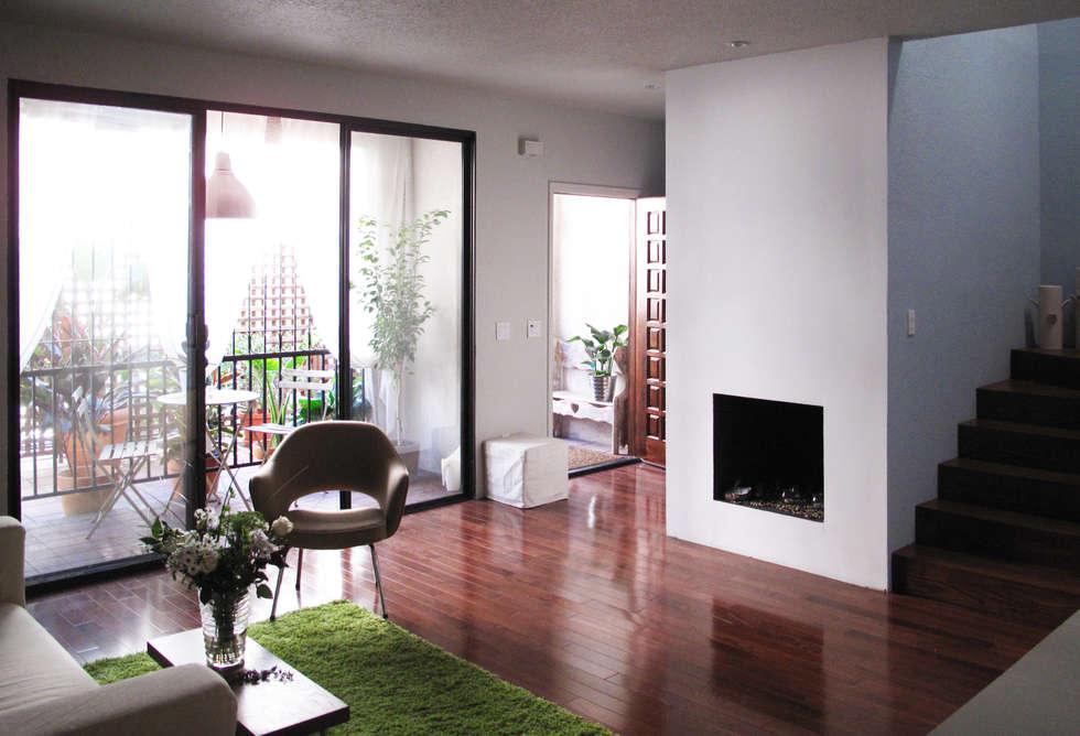 salon avec entée et une petite terrace  au fond: Salon de style de style Moderne par Studio Pan