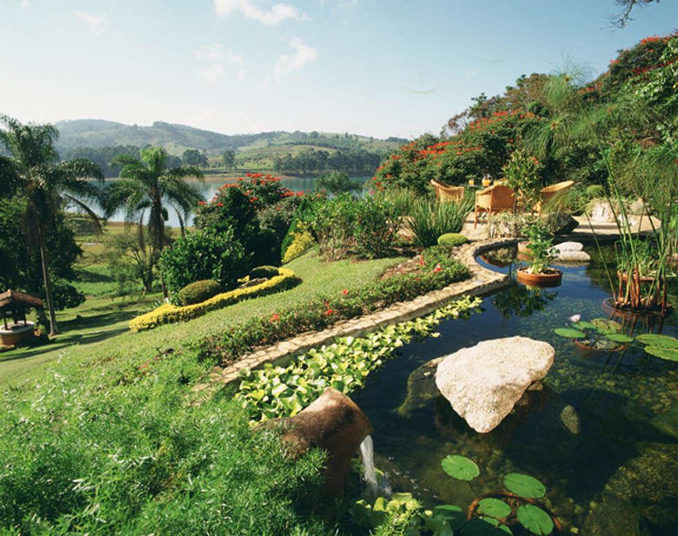 A água retorna: Jardins rústicos por Eduardo Luppi Paisagismo Ltda.