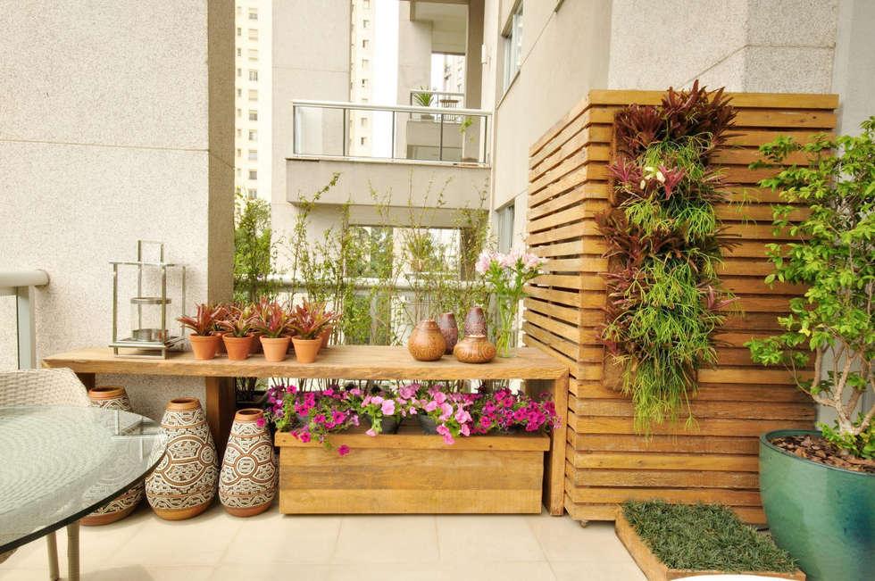 Camuflando o Ar condicionado: Terraços  por Eduardo Luppi Paisagismo Ltda.