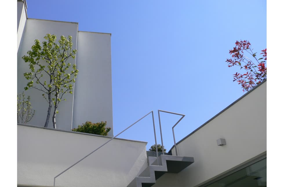 Vista del cielo blu dal patio: Terrazza in stile  di 8&A Architetti
