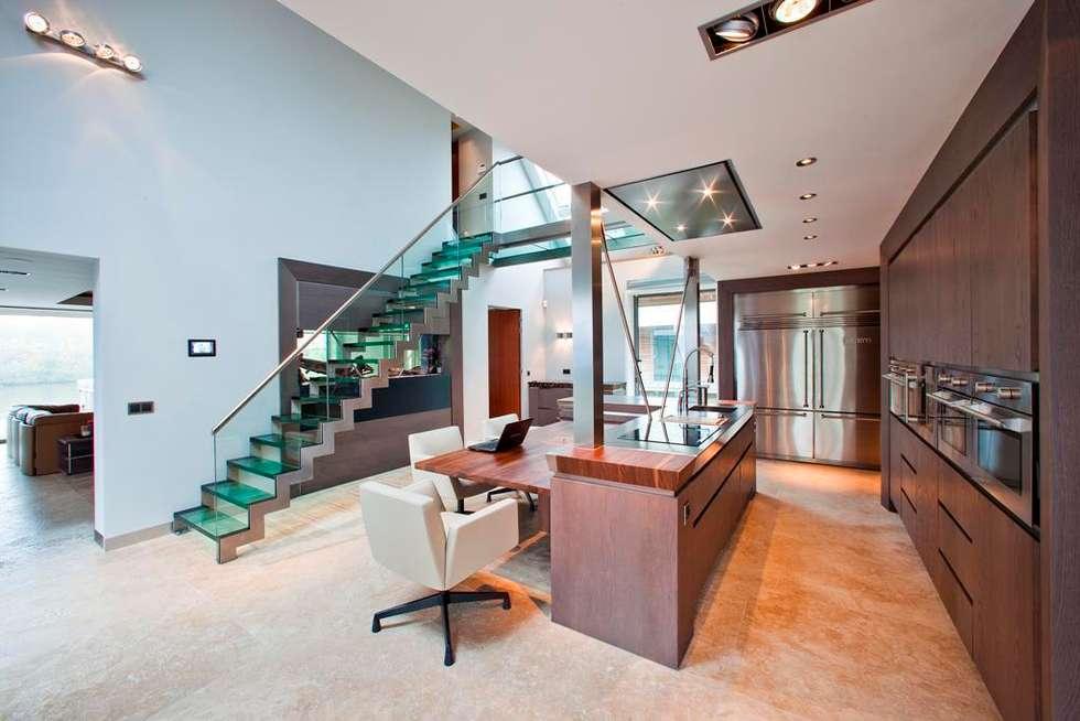 Glazen Trap & Balustrade: moderne Eetkamer door Buys Glas