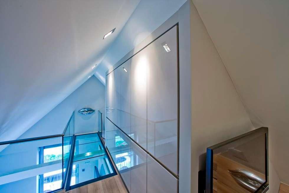Glazen balustrade in woonkamer: moderne Woonkamer door Buys Glas