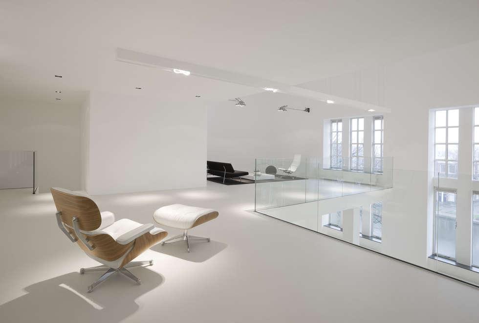 Glazen balustrade in minimalistische stijl: minimalistische Woonkamer door Buys Glas