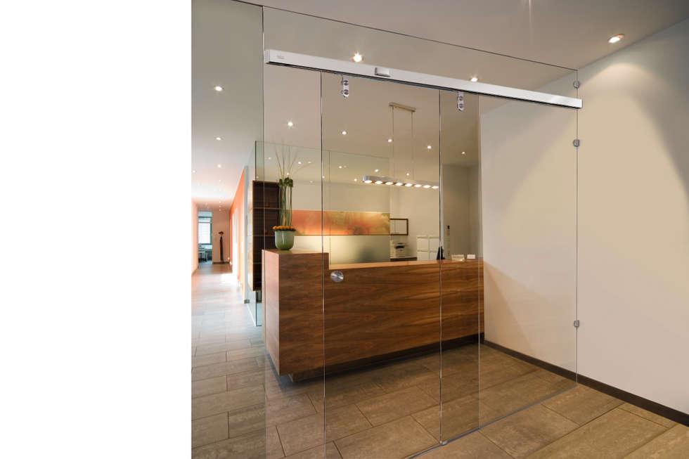 Glazen Shuifdeur:  Kantoor- & winkelruimten door Buys Glas