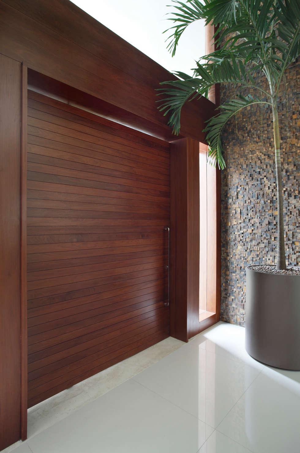 Pórtico: Portas de entrada  por Arquitetura e Interior
