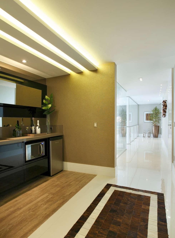 Corredor - segundo andar: Corredores e halls de entrada  por Arquitetura e Interior