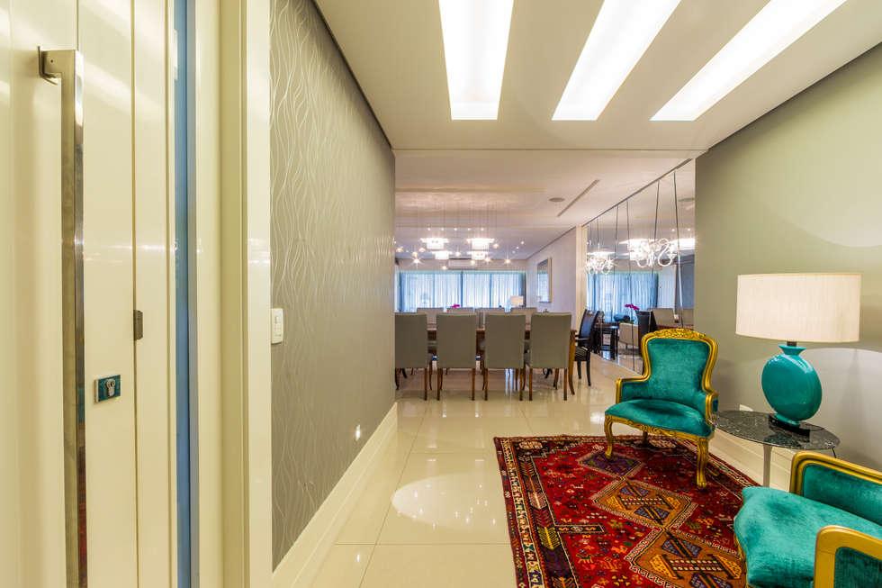 Hall de Entrada: Salas de estar clássicas por Enzo Sobocinski Arquitetura & Interiores