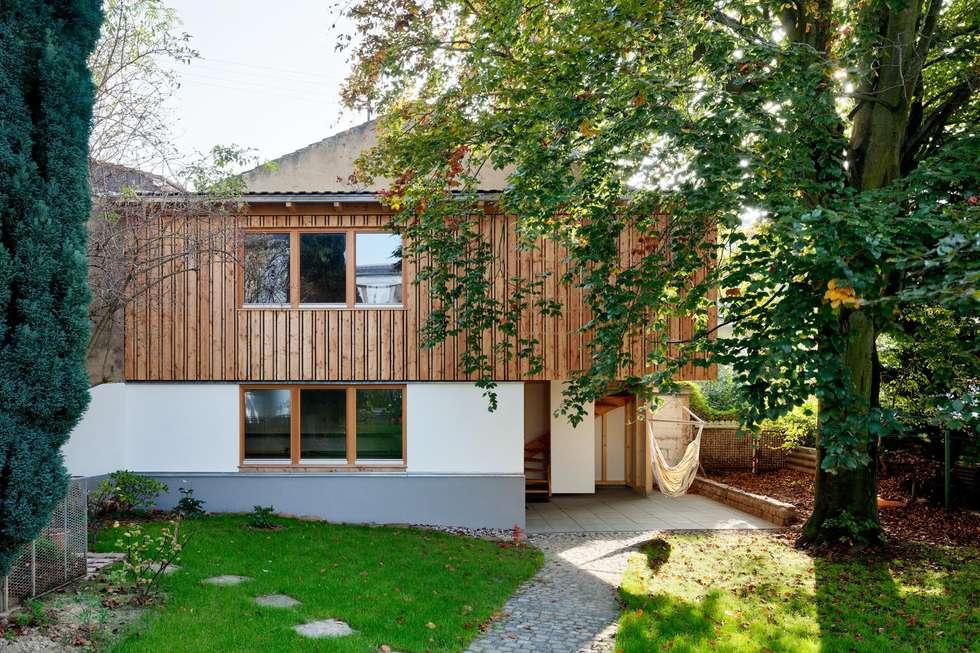 Gartenhaus nach dem Umbau: rustikale Garage & Schuppen von tillschweizer.co