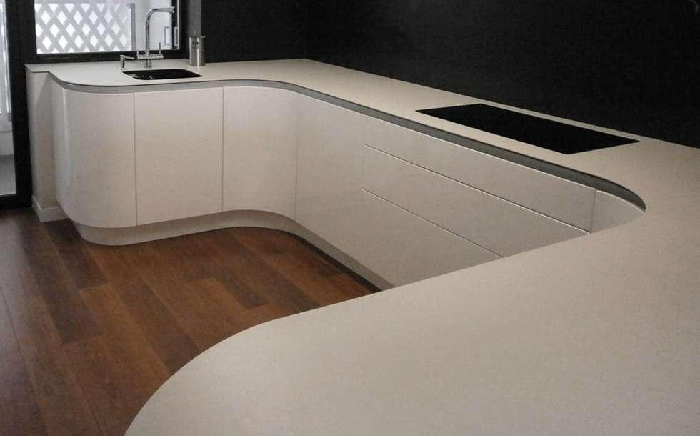 cocina de formas curvas en acabado lacado alto brillo con sistema gola cocinas de estilo