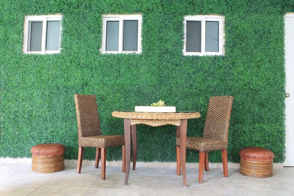 MURO VERDE EN AREA DE ESTAR CON FOLLAJE BOXUS JADE: Casas de estilo clásico por GREEN MARKET DECO S.A. DE C.V.