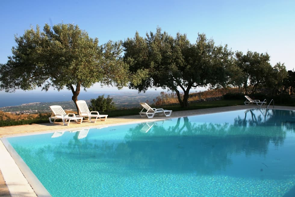 l'area piscina sul panorama..: Piscina in stile In stile Country di Emanuele Gentile Architetto