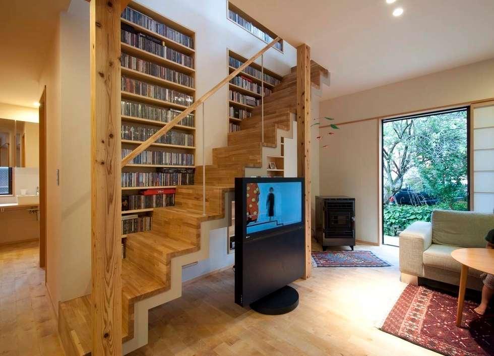 リビングの階段: 家山真建築研究室 Makoto Ieyama Architect Officeが手掛けた廊下 & 玄関です。