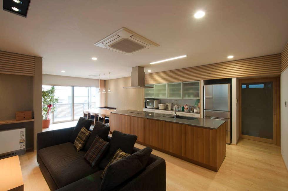 リビング・キッチン: 家山真建築研究室 Makoto Ieyama Architect Officeが手掛けたリビングです。