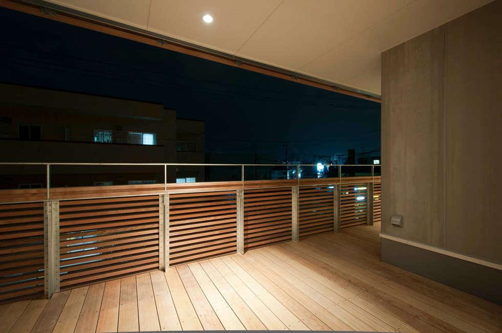 バルコニー夜景: 家山真建築研究室 Makoto Ieyama Architect Officeが手掛けたベランダです。