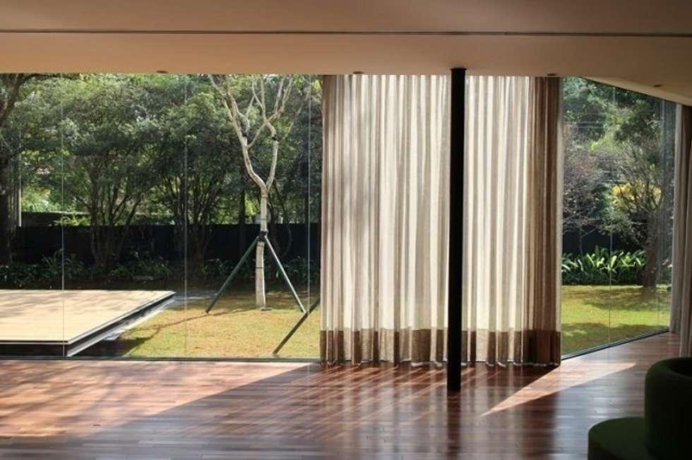 Casa Jacarezinho: Jardins clássicos por André Paoliello Paisagistas Associados