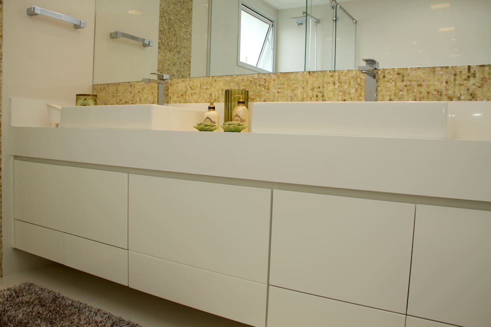 detalhe móvel: Baños de estilo moderno por 2d arquitetura decoração e design