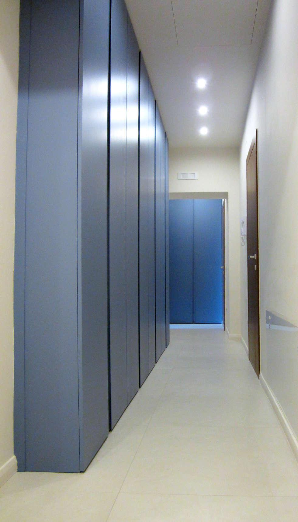 corridoio notte: Spogliatoio in stile  di M@G  Architettura&Design