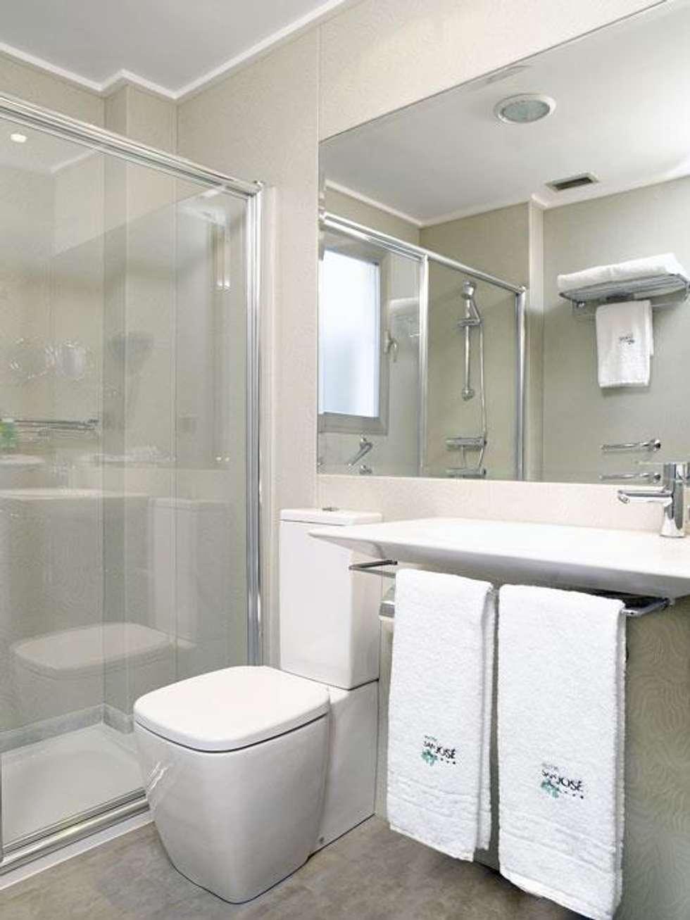 Ba os de estilo minimalista por suelos y paredes sin obras for Revestimiento vinilico para paredes de banos