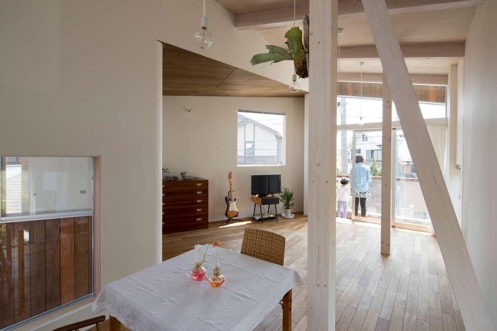 Delta house: 水野建築事務所が手掛けたリビングです。