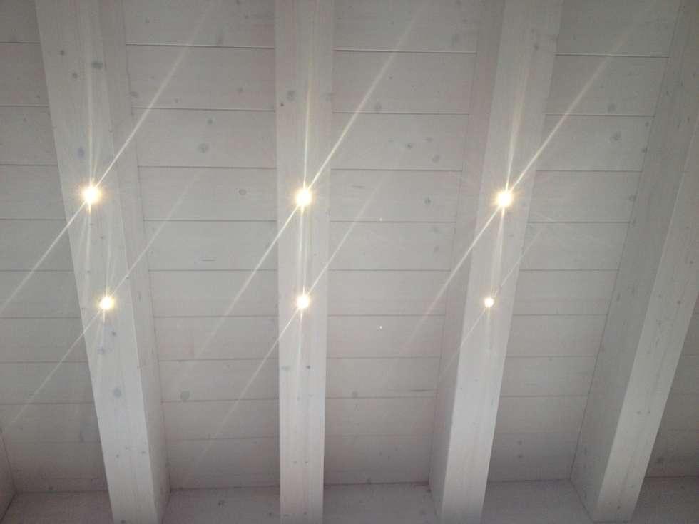 SOLAI IN LEGNO CON ILLUMINAZIONE A LED: Soggiorno in stile in stile Moderno di VENETA TETTI