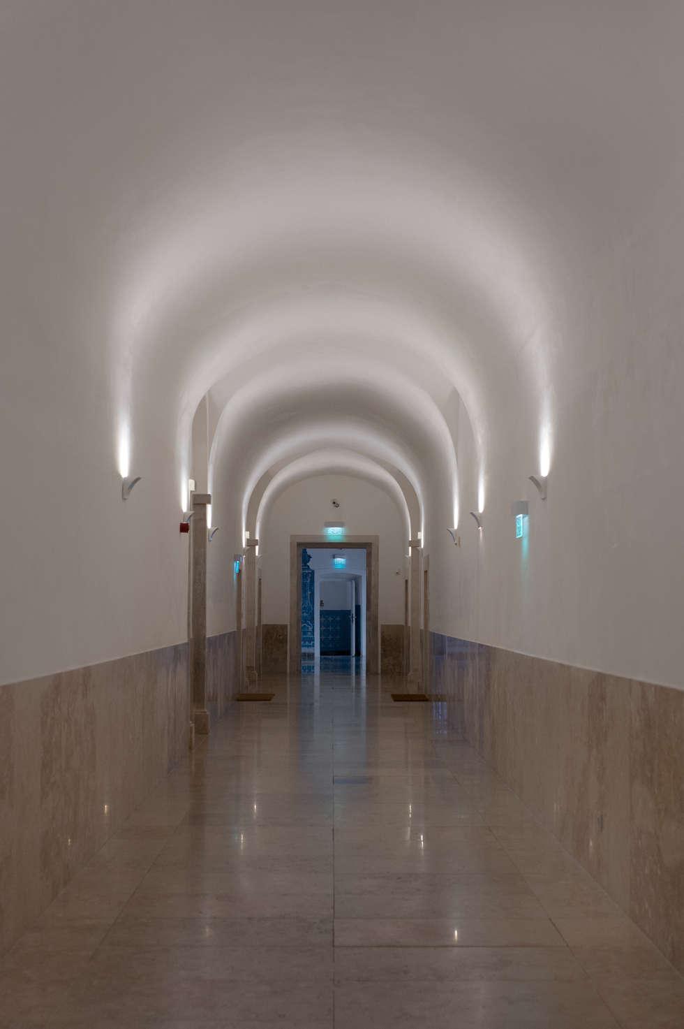 Hall: Corredores e halls de entrada  por Home Staging Factory