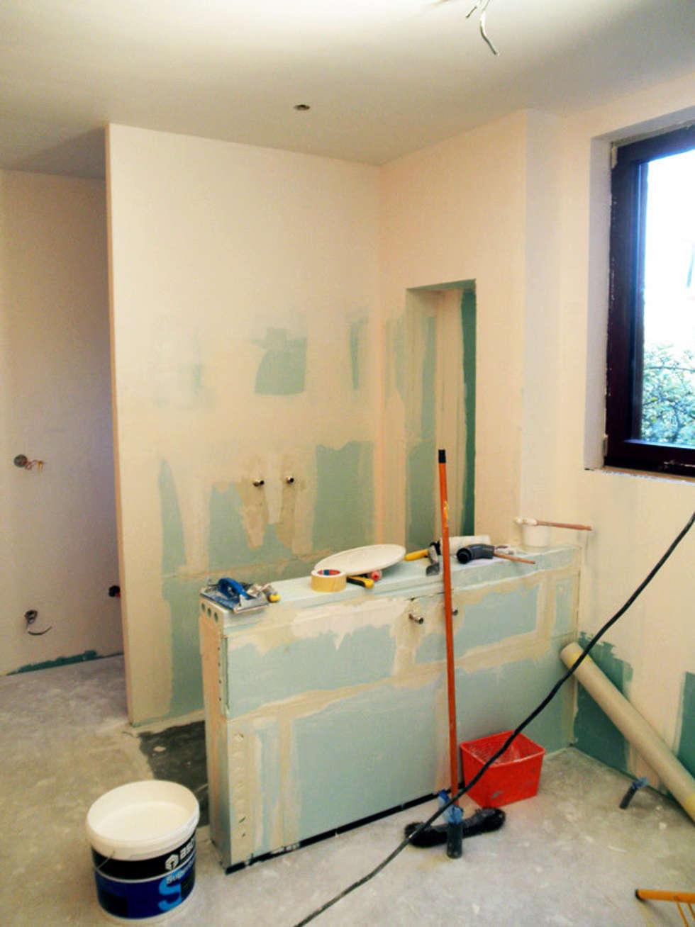 Préparation des murs: Salle de bains de style  par EDECO Rénovation