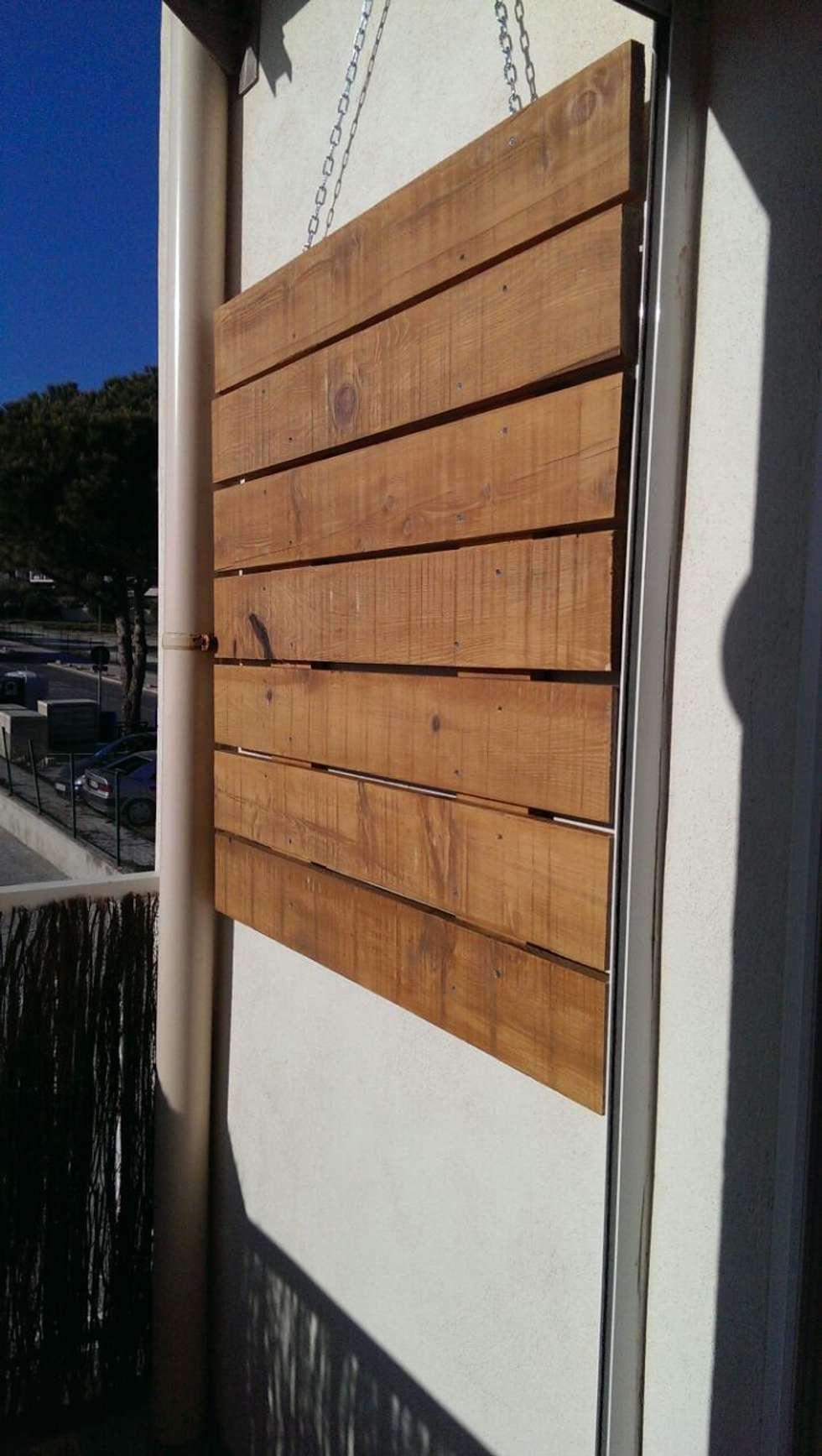 Suspension murale: Terrasse de style  par In&Out Garden