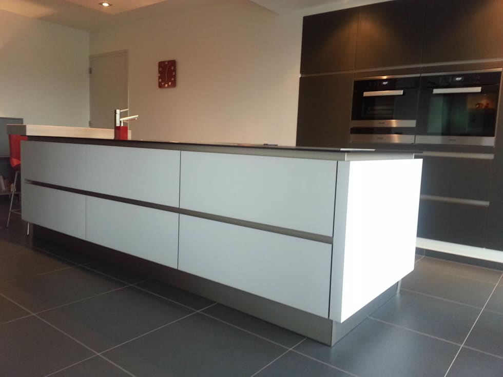 Strak kookeiland met luxe hoge kasten: moderne Keuken door Tinnemans Keukens