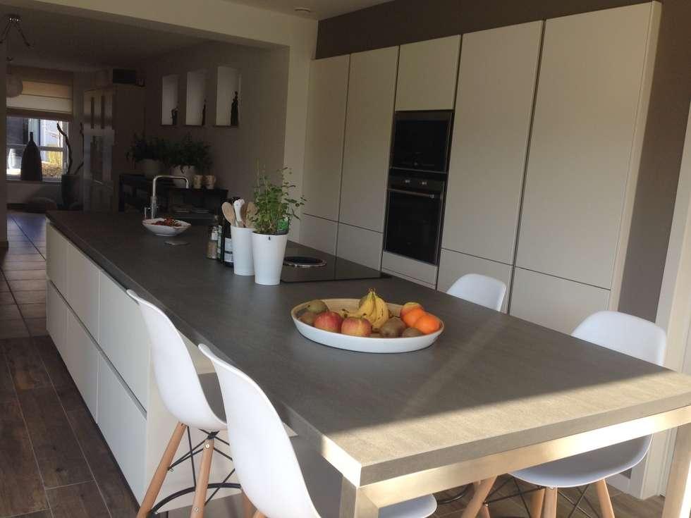 Wit greeploos kookeiland: moderne Keuken door Tinnemans Keukens